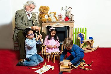 Tom Van Der Bruggen et des enfants en pleine construction du jeu de construction en bois tomtect